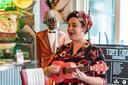 Eén van de deelnemers van voorronde miss Pinup in Tom's Diner in Roosendaal presenteert zichzelf door middel van een lied over haarzelf op de ukelele.