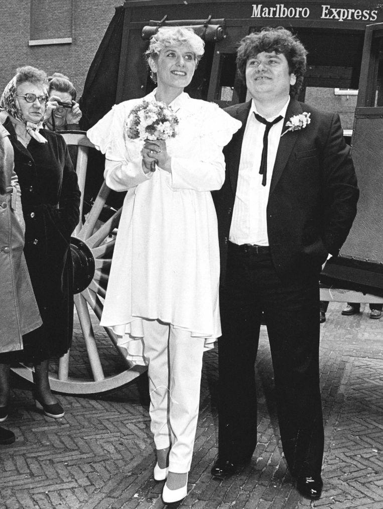 André Hazes en de toenmalige 23-jarige Ellen Wolf op hun huwelijksdag in 1981. Beeld ANP