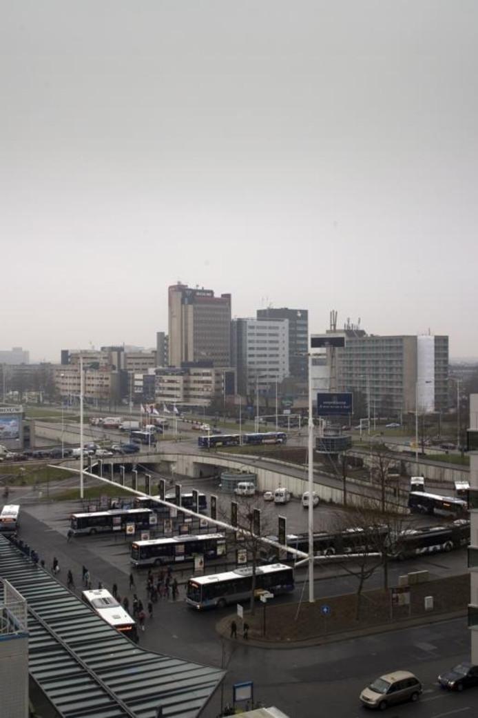 Busstation Neckerspoel in Eindhoven, gezien vanaf het Kennedy Business Center. foto Kees Martens