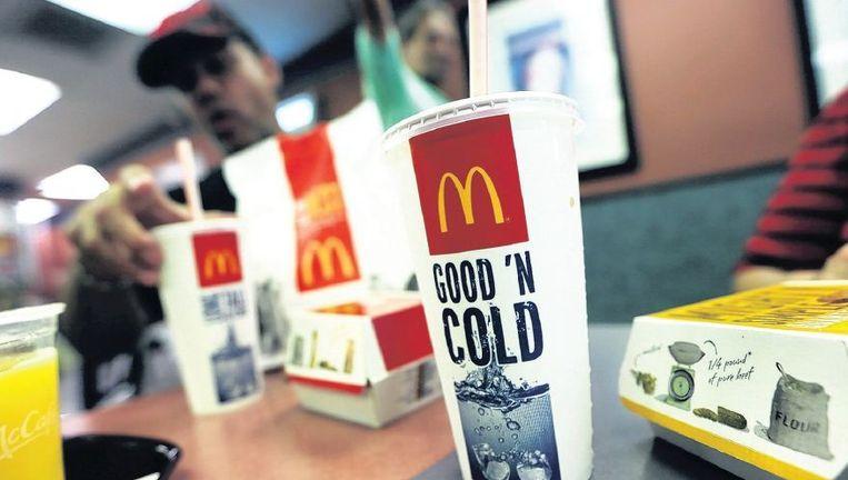 Grote porties zoete frisdrank en hamburgers maken dik. Dus kiest de jeugd steeds meer voor gezonde smoothies en salades van de concurrent. Beeld afp