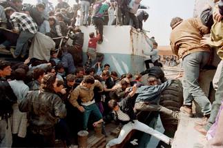 fotoreeks over 30 jaar conflict door de lens van overleden Reutersfotograaf Yannis Behrakis