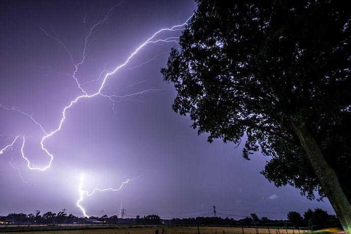 Foto ter illustratie. Bliksem boven het zuidoosten van Noord-Brabant.
