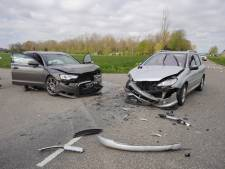 Twee auto's total loss door flinke botsing in Beuningen