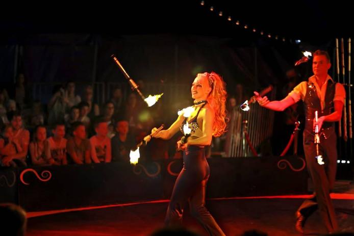 Het publiek in de bomvolle tent krijgt een gevarieerde voorstelling voorgeschoteld. Zo was er een act met fakkels en speren. foto Gerard van Offeren/Pix4profs