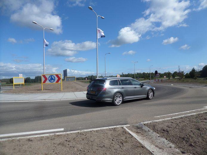 De nieuwe rotonde in de Hoge Maasdijk in Andel is klaar.