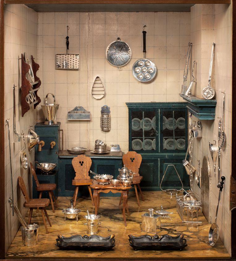 De keuken van het poppenhuis vol zilveren spullen. Beeld Jasmijn Tolk