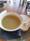 Courgettesoep met zalm. Jammer genoeg heeft de licht gebonden glazige soep weinig, zelfs een laffe, smaak. Ik mis de frisse groene kleur van verse courgettes.