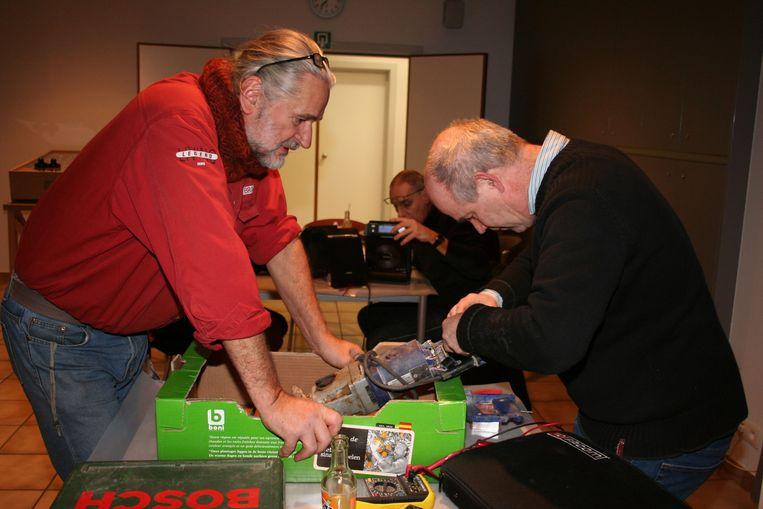 Tijdens een Repair Café worden kapotte spullen hersteld.
