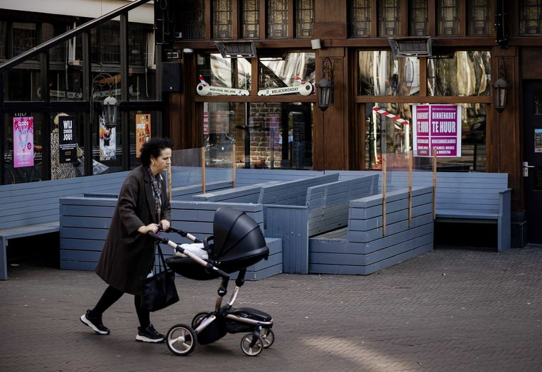 Een gesloten café in Den Haag. Beeld EPA