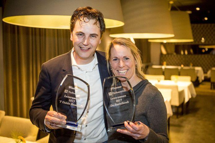 Silvia Rouwers (De Postelhoek) en Ruud Droste ('t Oale Roadhoes) stralen. Ze winnen samen de prijs 'Beste Lezersmenu' 2017