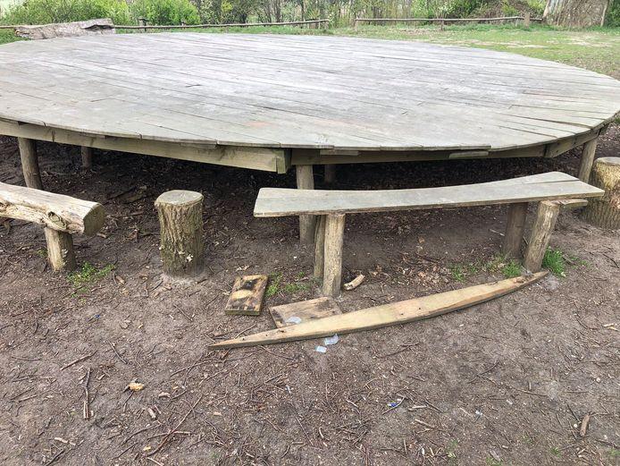 De vernielingen aan de picknicktafel in Bergen op Zoom.