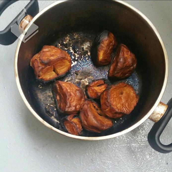De pan met de aangebrande aardappelen is van het vuur gehaald.
