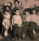 De kinderen van het gezin Sarkol in de huiskamer van hun barak in het kamp in Westelbeers. Jos Sarkol zit tweede van rechts. Er zouden later nog negen kinderen in het gezin geboren worden.