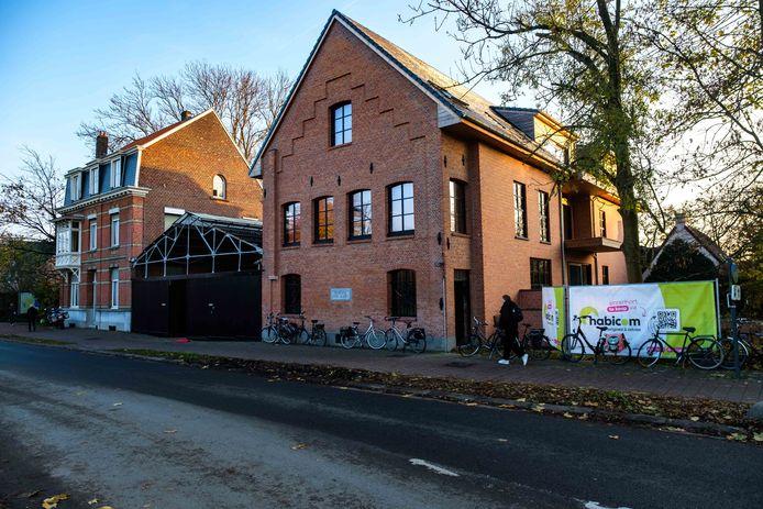 Het woonhuis, de overdekte binnenplaats en de oude brouwerij.