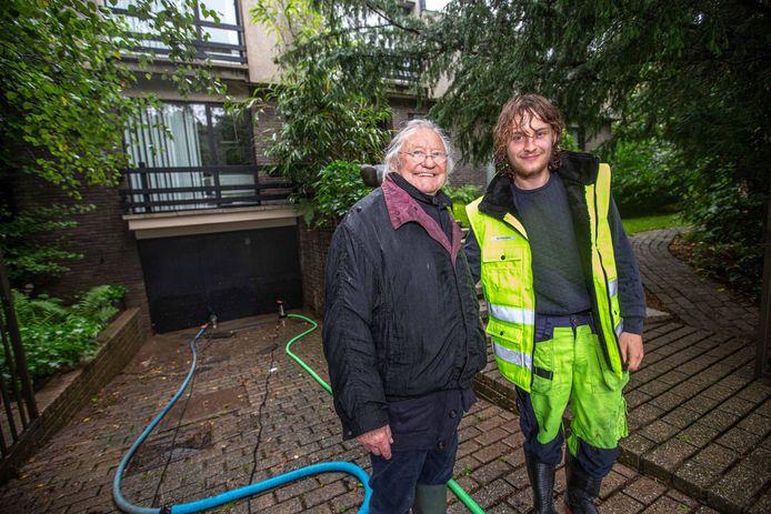 Sam Thibaut met bewoner Willy Boes aan de garage waar Sam eerst nog een auto uithaalde.