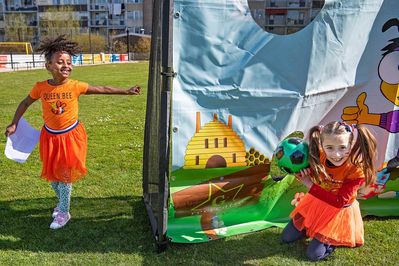 Kinderen van basisschool De Wissel in Den Haag vieren enthousiast de Koningsspelen.  Beeld  Guus Dubbelman / de Volkskrant