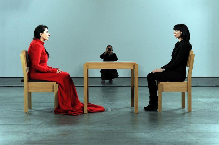 Marina Abramovic: The Artist is Present, 700 uur durende performance (7 uur per dag, drie maanden lang) in het Museum of Modern Art in New York, 2010.  Beeld Getty