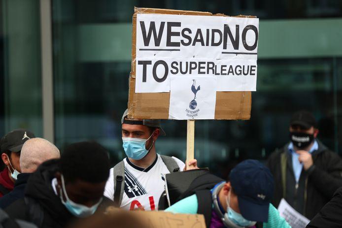 Fans van Tottenham Hotspur protesteren tegen de Super League.