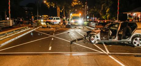 Automobilist crasht met hoge snelheid op Prins Hendrikbrug, politie zoekt getuigen