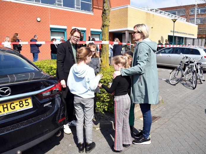 Leerlingen van basisschool De Telgenkamp werden woensdag opgevangen in het wijkcentrum Slangenbeek, waar ze door hun ouders werden opgehaald.
