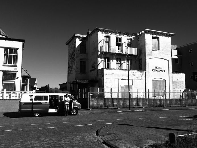 Een oud vervallen hotel en een antiek Dodge-busje. Deze foto is deze zomer genomen in Noordwijk aan Zee, maar doet on-Nederlands aan.