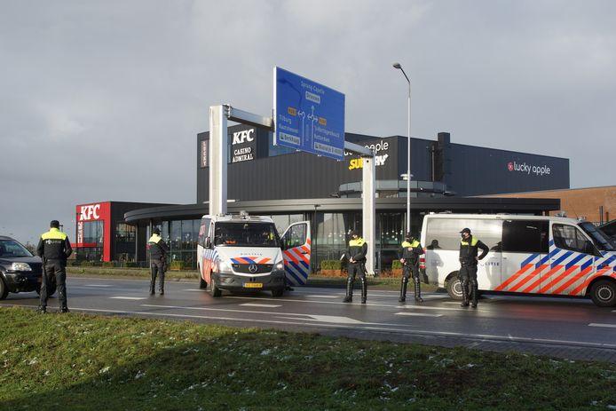 Politie controleert verschillende auto's die Waalwijk binnen rijden.