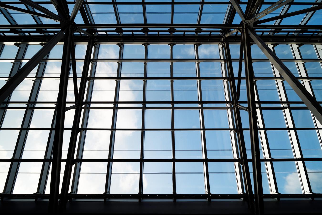 De douaneloods heeft een unieke en hoogtechnologische lichtstraat gekregen.
