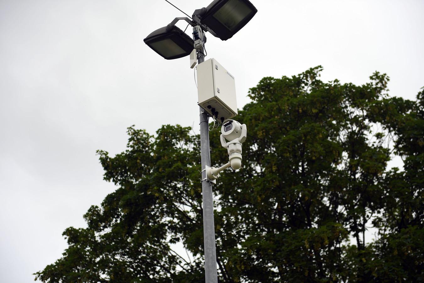 La police de Louvain en a profité pour installer et tester des caméras sans fil pour lutter contre les nuisances. Facilement déplaçables, ces caméras diffusent des images nettes, rapides et en haute résolution permettant d'identifier plus facilement les contrevenants comme dans le cas de dépôts clandestins.