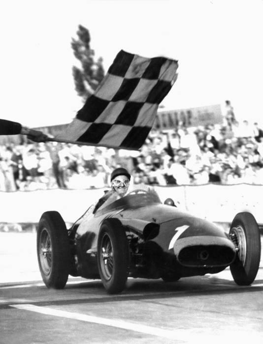 Juan Manuel Fangio op weg naar zijn vijfde en laatste wereldtitel in 1957, deze keer namens Maserati.