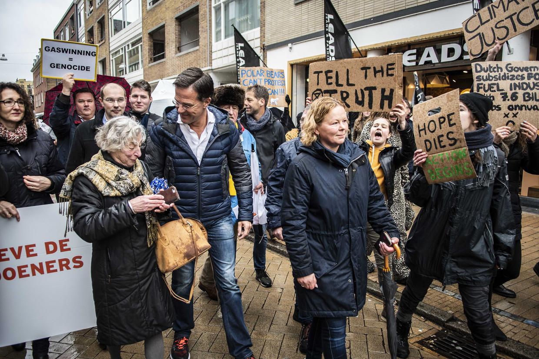 Demonstranten tegen het aardgasbeleid omringen Mark Rutte tijdens de VVD-campagne in Groningen voor de provincialestatenverkiezingen.  Beeld ANP