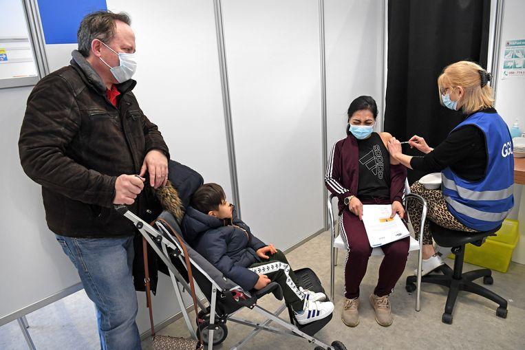 Een Haagse vrouw wordt gevaccineerd.  Beeld Marcel van den Bergh