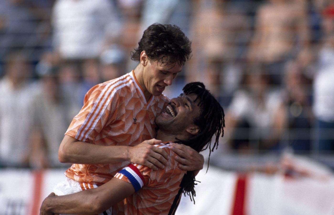 Gullit tilt Van Basten de lucht in na diens fenomenale goal.