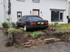 Auto komt door stuurfout tot stilstand in voortuin van Udense woning