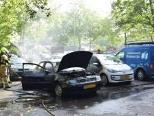 Auto vliegt spontaan in brand in Arnhem