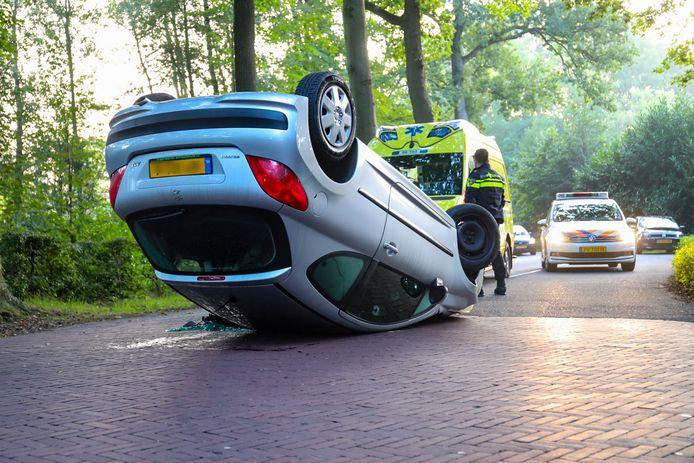 Het voertuig belandde na een botsing tegen een boom, op de kop.