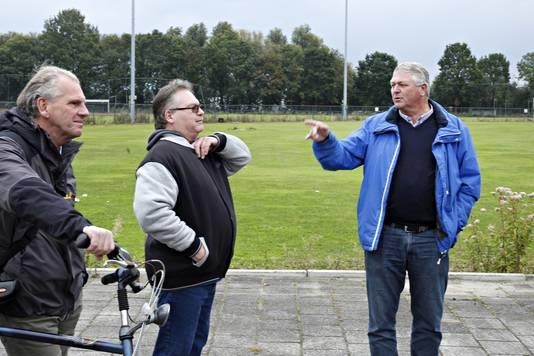 Frank van Kralingen (midden) komt verhaal halen op de plek waar volgend jaar een asielzoekerscentrum wordt gevestigd in de Rotterdamse Beverwaard.