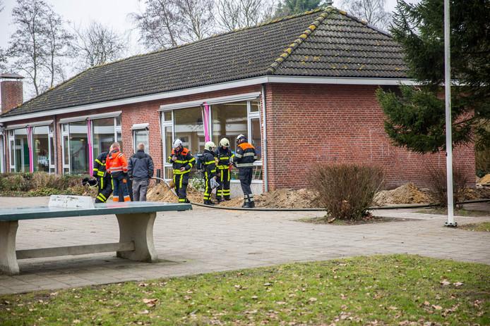 Het gaslek ontstond tijdens graafwerkzaamheden bij de basisschool.