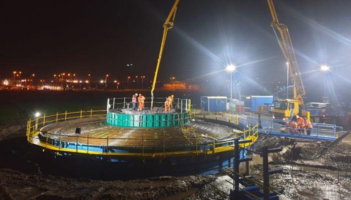 Dura Vermeer stort bij de A27 de eerste fundering voor Windpark Zeewolde. In totaal worden 91 windmolens gebouwd, waarvan de 20 grootste turbines 220 meter hoog zijn.