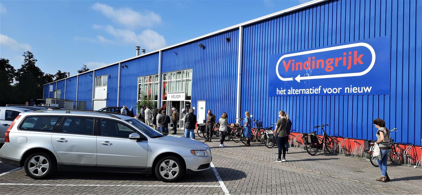 Vrijwel elke dag staan er rijen wachtenden voordat Vindingrijk om 10.00 uur open gaat.