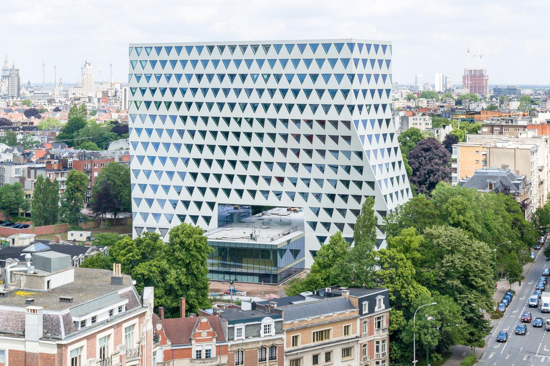 Provinciehuis Antwerpen, ontworpen door Xaveer de Geyter Architects. Het gebouw is een voorbeeld van hoe hoogbouw kan worden gecombineerd met parken.  Beeld Matthias Van Rossen