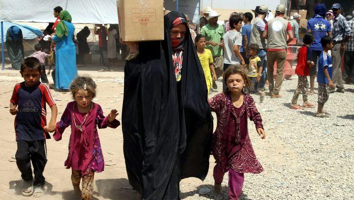 Irakese families krijgen hulp in een vluchtelingenkamp vlakbij Erbil in Noord-Irak.