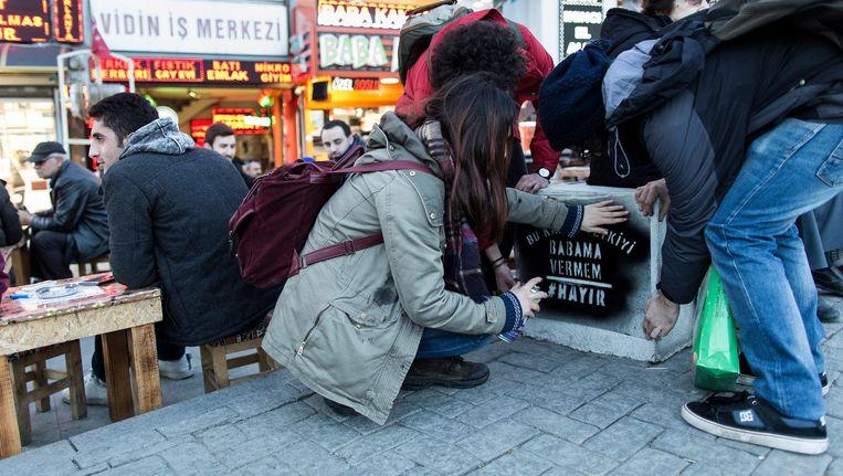 Voorstanders van het nee ('hayir' in het Turks) verspreiden hun boodschap in Istanboel Beeld Kenzo Tribouillard/Getty Images