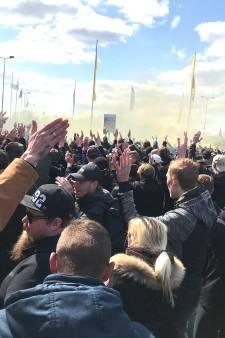 Duizenden Vitesse-fans verzamelen voor GelreDome om spelersbus uit te zwaaien