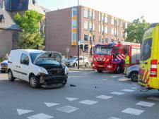 Man gewond bij botsing tussen twee auto's op Stationsstraat in Apeldoorn