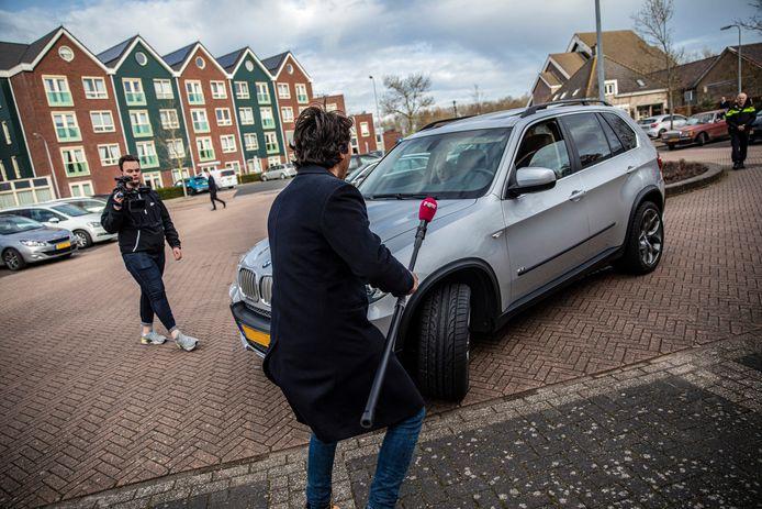 Een inwoner van Urk wil parkeren om vervolgens naar de kerk te gaan. Dat verslaggever Mark Baander van Powned nog op de parkeerplaats staat, deert hem niet.