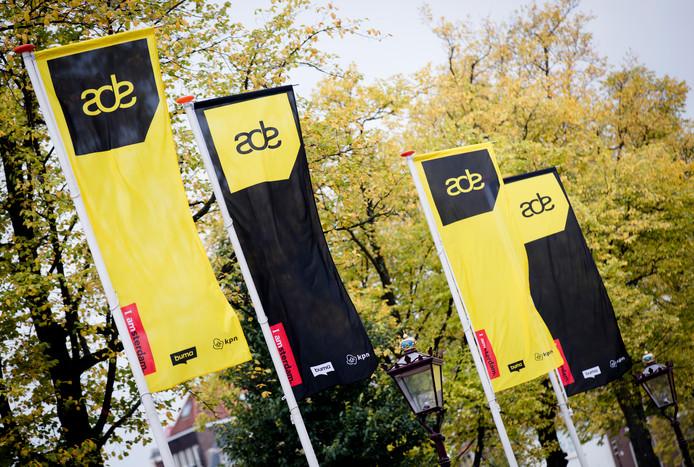 Vlaggen met het logo van het Amsterdam Dance Event (ADE) op het Rembrandtplein.