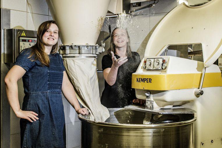 Liselotte en Liselore Myncke, bakkersdochters uit het Gentse. Beide twintigers lieten hun maag verkleinen en zijn nu 40 kilo kwijt. Beeld Bob Van Mol
