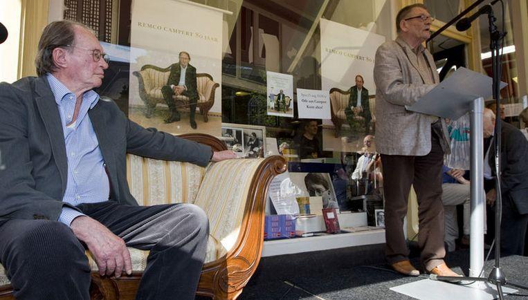 Schrijver Remco Campert (links) luistert zaterdag naar de voordracht van Bernlef op het Spui. Foto ANP Beeld