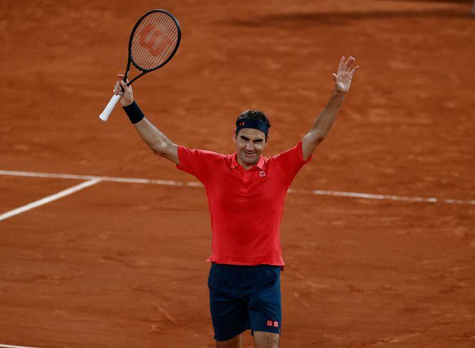 Roger Federer viert opgelucht zijn zege op de Duitser Dominik Köpfer, waarvoor hij ruim drieënhalf uur nodig had.