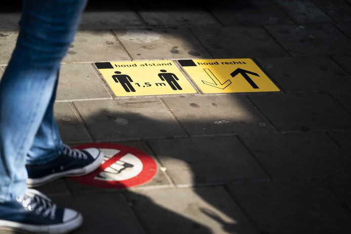 Op het station in Utrecht worden reizigers opgeroepen afstand te houden en zich aan de coronamaatregelen te houden.